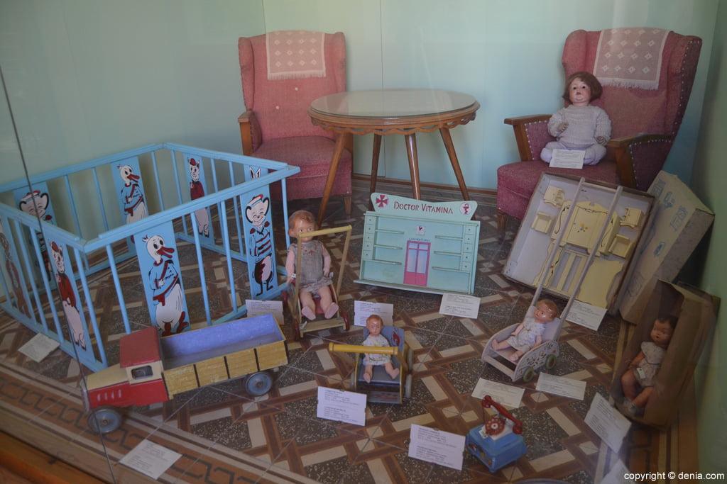 Juguetes de niña datados a mediados del siglo XX