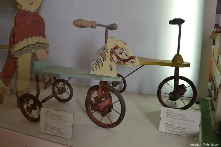 Triciclo de metal madera y goma