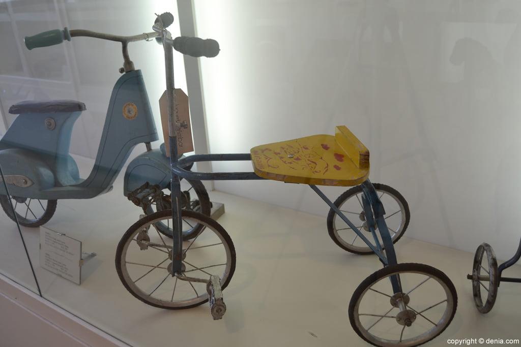 Triciclo de metal y madera