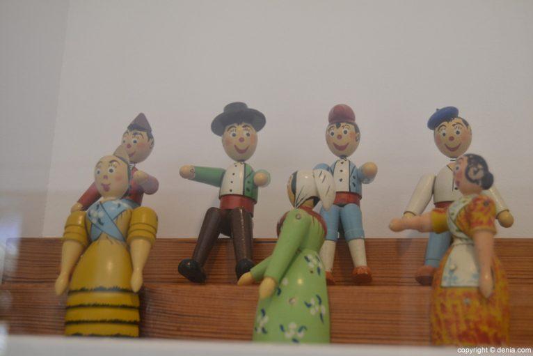 Personajes regionales tallados en madera