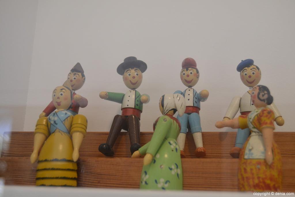 Personatges regionals tallats en fusta