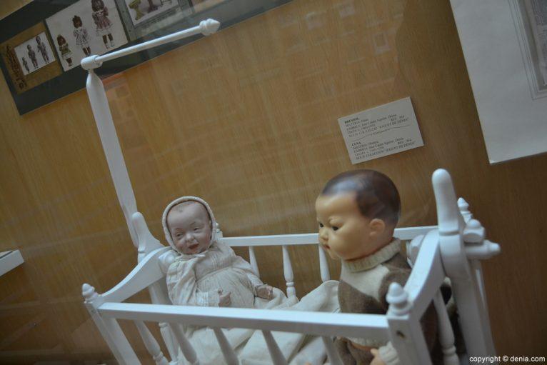 Cuna y muñecas