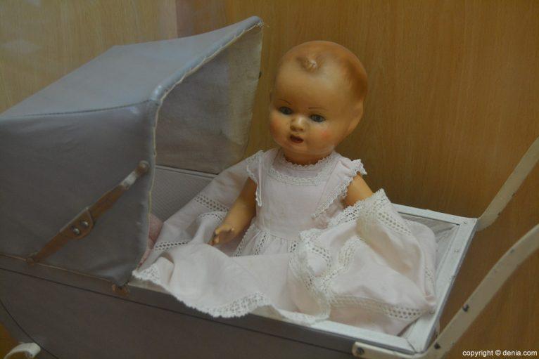 Coche de muñecas con muñeca