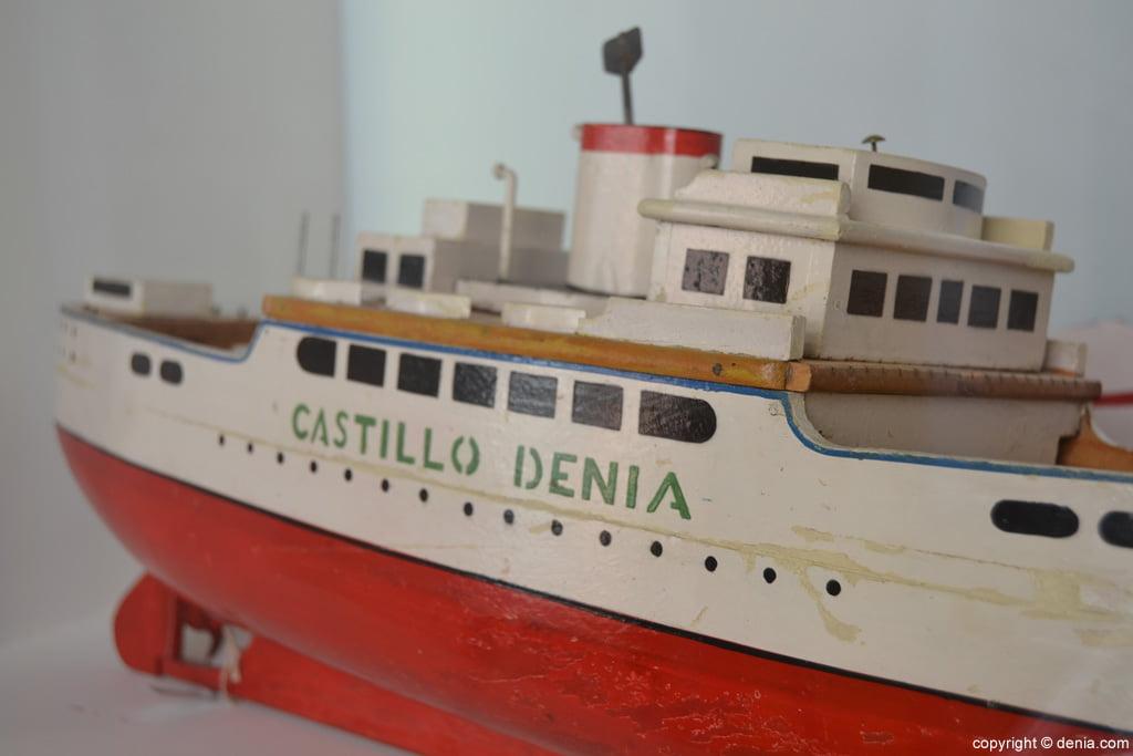 Vaixell de joguina en fusta i metall