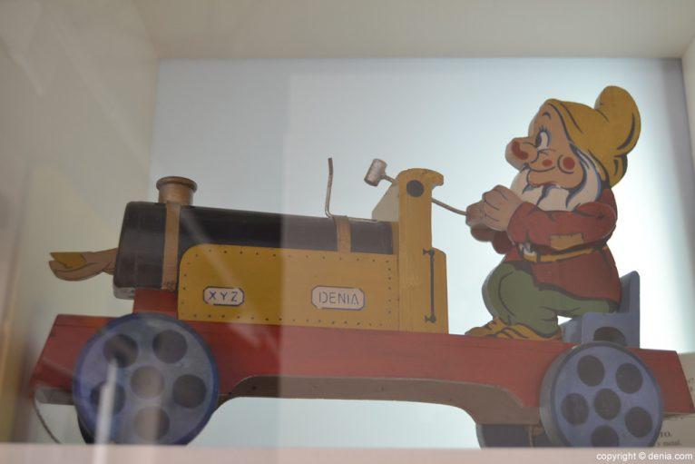 Tren de madera y metal con enanito