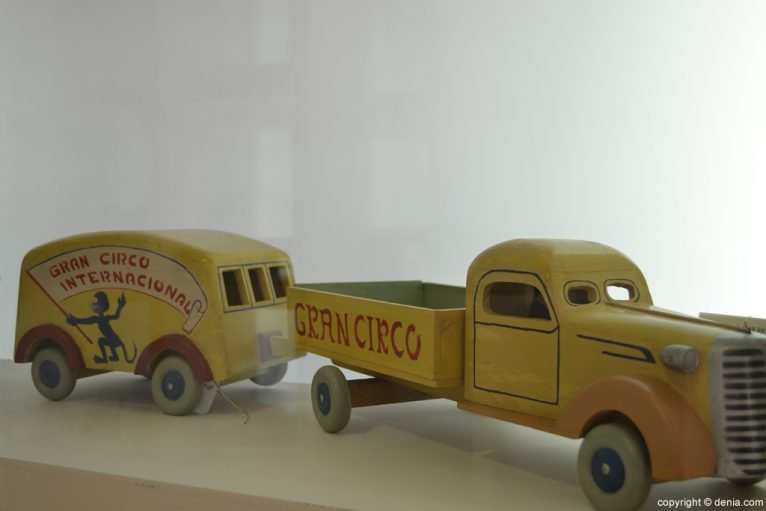 Camión con remolque de madera