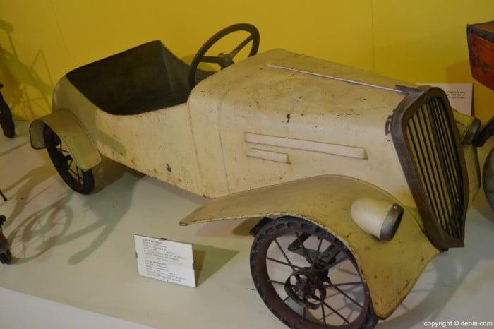 Cotxe de pedals en metall i goma