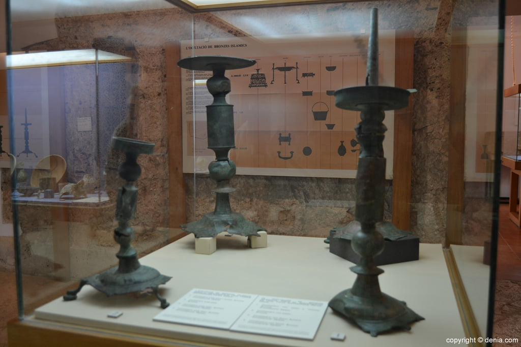 Candelabros de bronce descubiertos en 1920