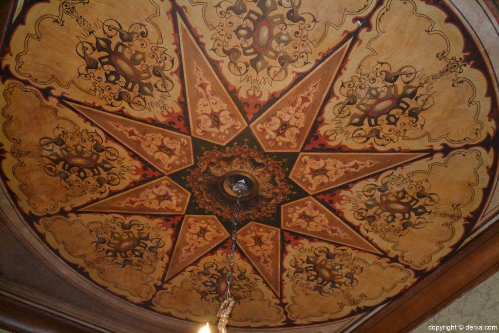 Detalle del techo del aula de Juan Chabàs