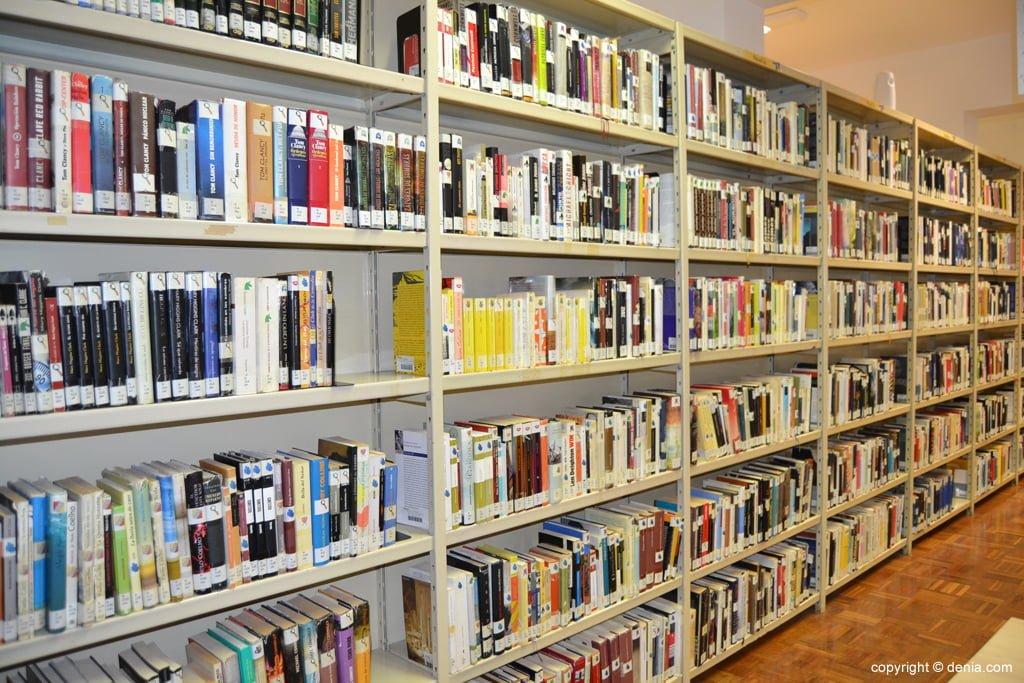 Estanterías de la biblioteca de Dénia