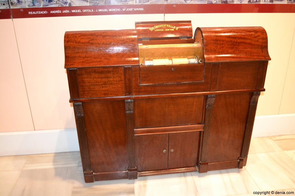 Pianola del S XIX en el Museo Etnológico de Dénia