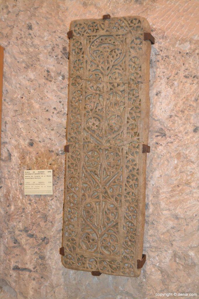 Placa de mármol con decoración geométrica