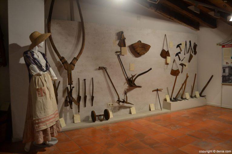 Utensilios para la recolección de la uva pasa en el Museo Etnológico de Dénia