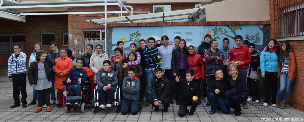David Ferrer con los alumnos del colegio raquel Payà de Dénia