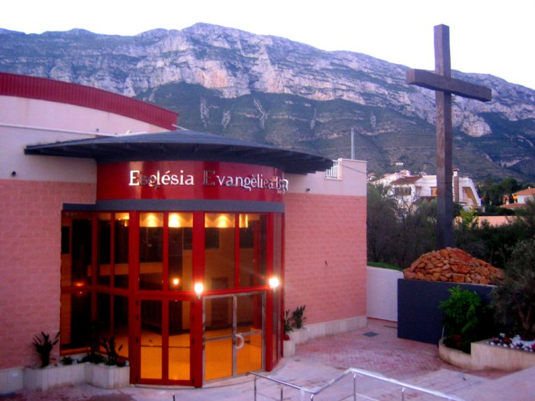 Exterior del templo de la Iglesia Evangélica en el colegio Alfa & Omega