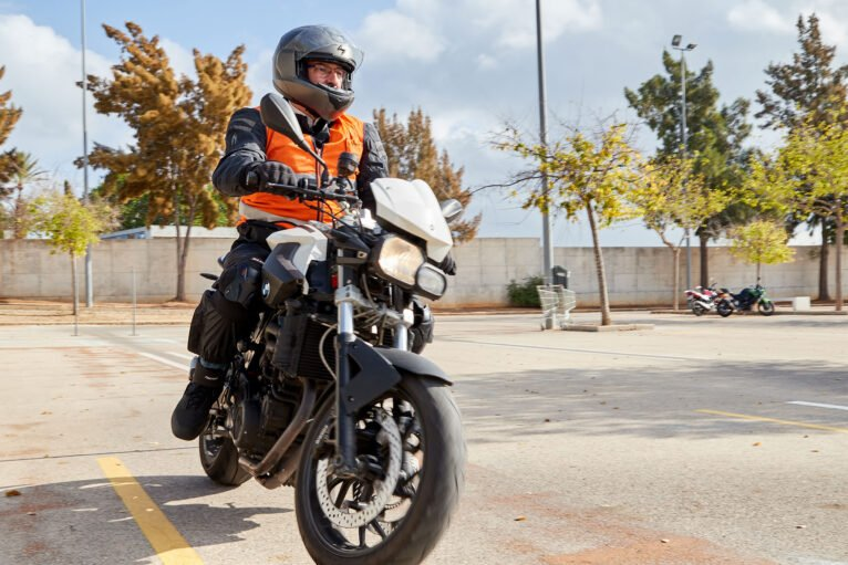 Prácticas de moto en Dénia - Autoescuela Guillem