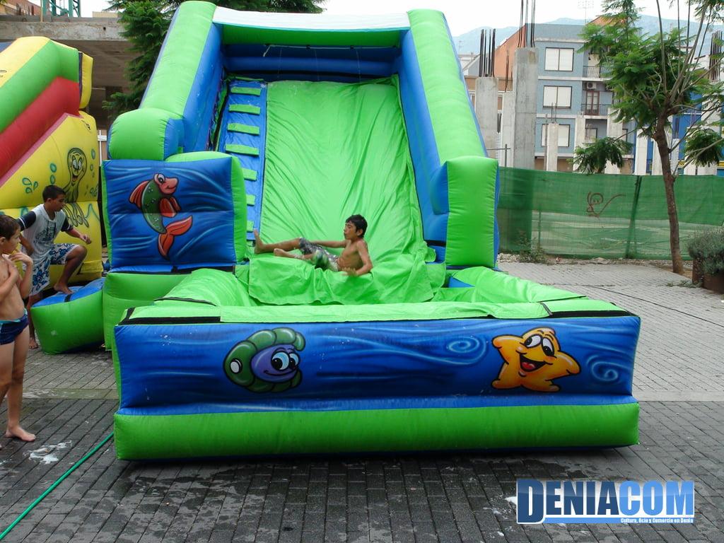 Castillos hinchables acu ticos en las fiestas de d nia d - Hinchables de agua para piscinas ...