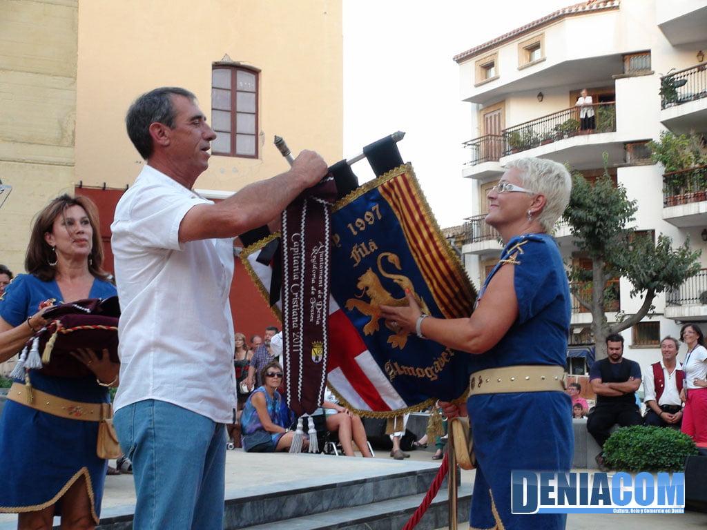 09 Paco Arnau coloca los corbatines a la capitanía cristiana 2011 - Filà Almogàvers