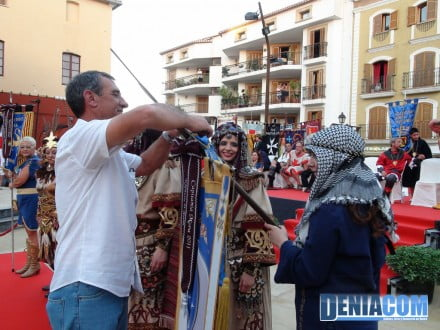 10 Paco Arnau coloca los corbatines a la capitanía mora 2011 - Filà Berebers Tuaregs