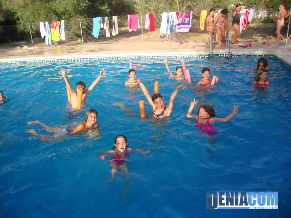 Ni os en la piscina d for Fotos en la piscina