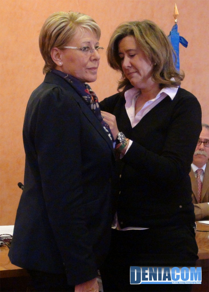 The mayor of Dénia imposes the badge on the new councilor Mari Martínez