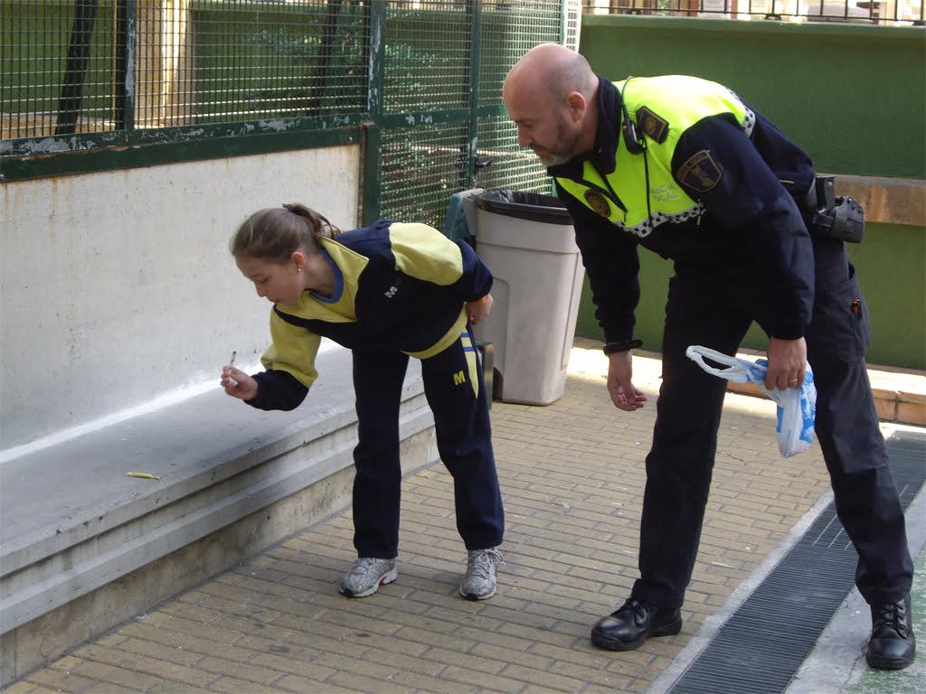 Miembro de la Policía Local enseñando a tirar petardos a los escolares