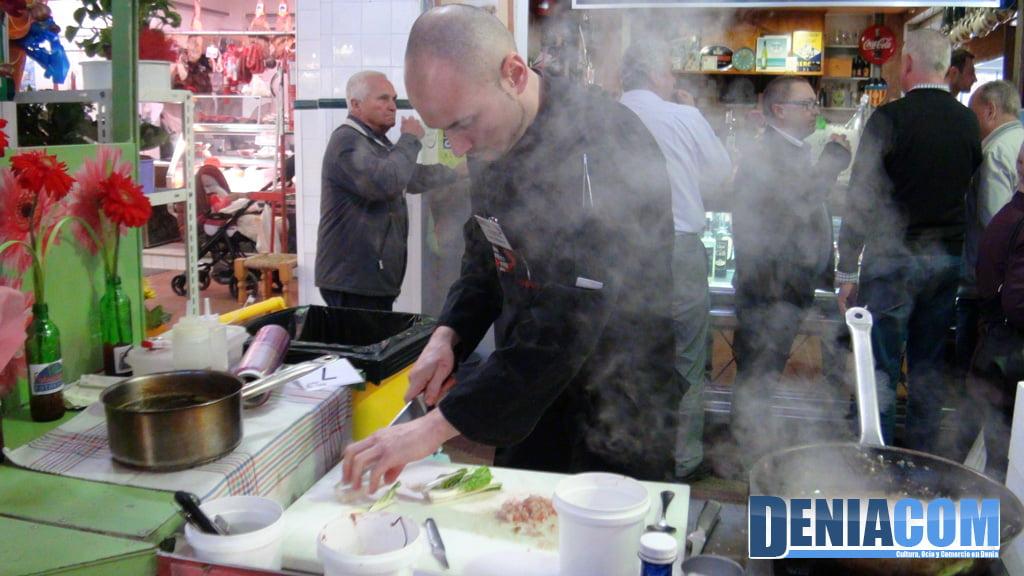 Cocinando los ingredientes para la receta de Gamba Roja de Dénia