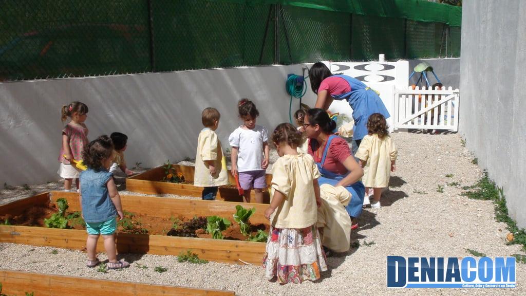 Cuidant l'hort de l'Escoleta al Castellet de Dénia