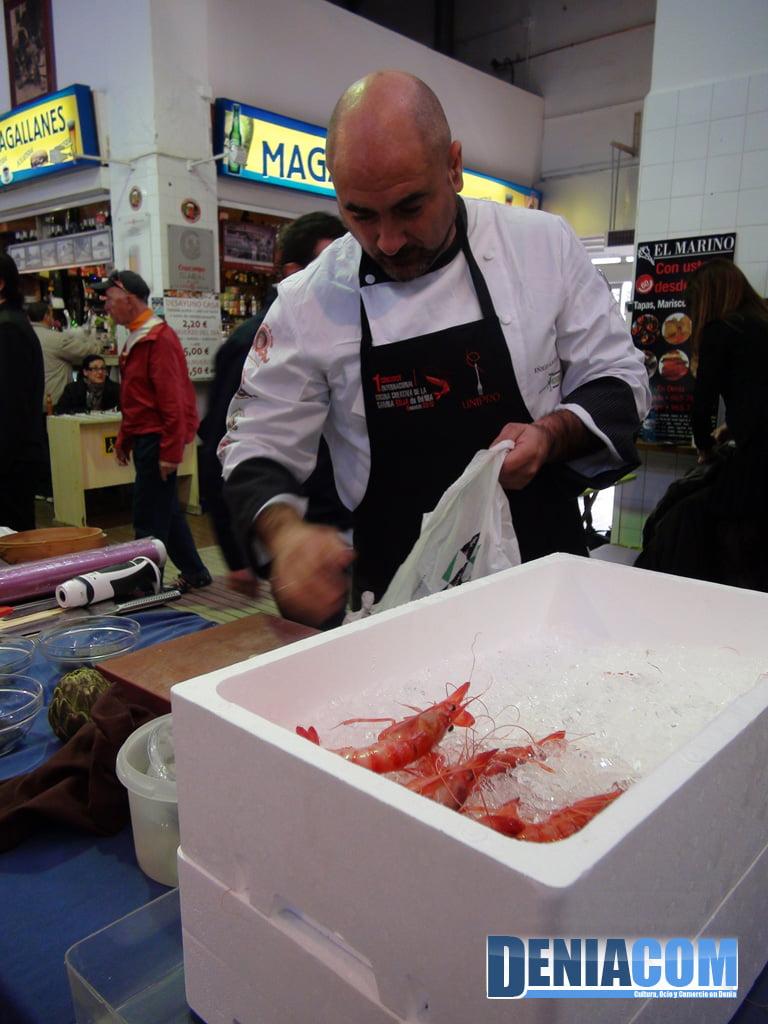 Preparación de la gamba en el I Concurso de Cocina Creativa de Dénia