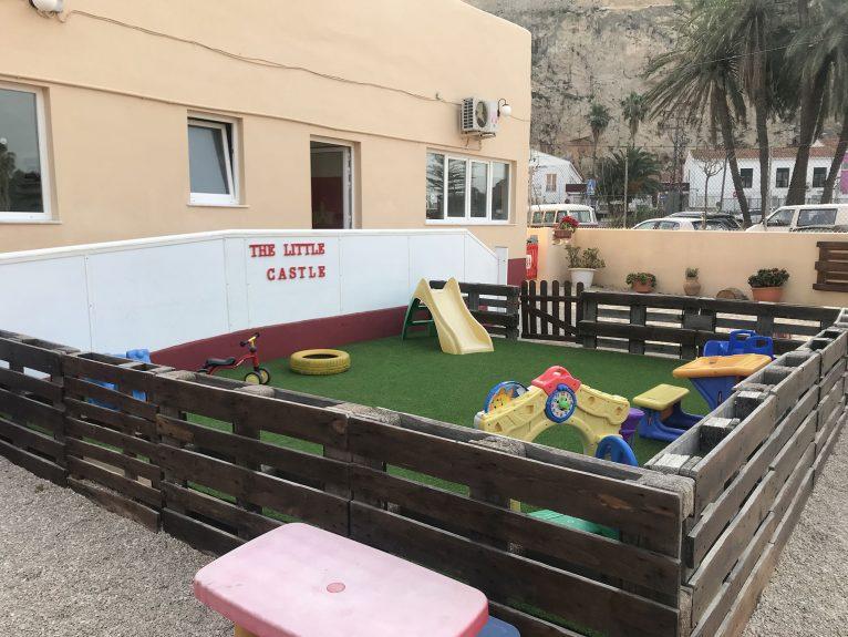 Zona vallada con juguetes - Patio Escoleta El Castellet