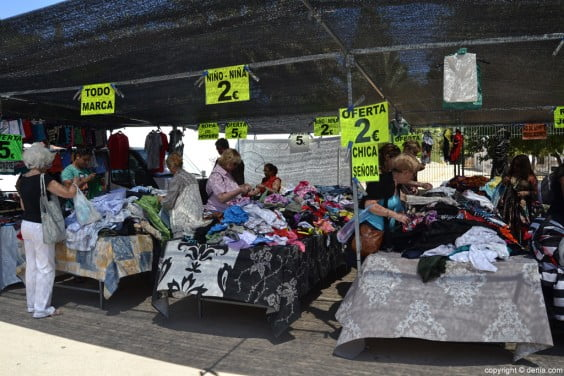 Artículos de oferta en el mercadillo de Dénia