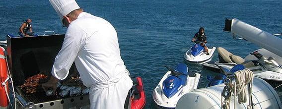 Barbacoa a bordo de un catamarán en Dénia