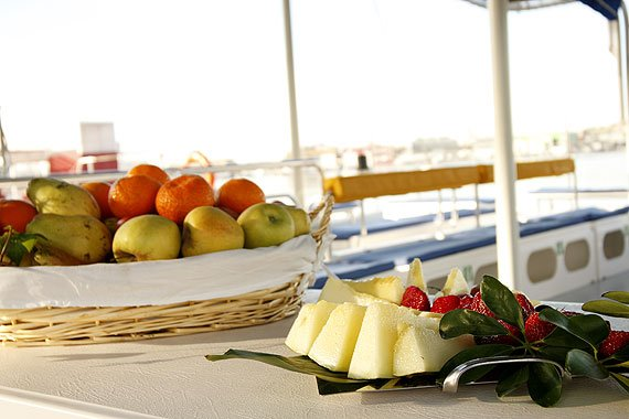 Buffet libre en el catamarán en Dénia