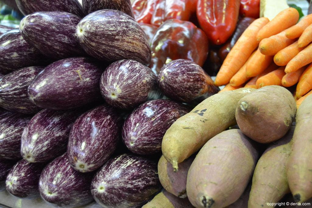 Comprar verdura en el Mercat Municipal de Dénias