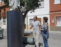 Pepa Font frente a una de las esculturas de Salvador Mollà en Dénia con el autor