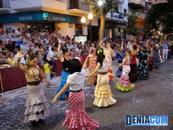 La Casa de Andalucía embelesa con sus bailes a los asistentes del Desfile de Carrozas 2012