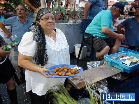 La Comisió de Festes de la Mare de Déu dels Desamparats invita a croquetas al público del desfile