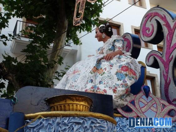La Fallera Mayor de Dénia Marta Tabernero luciendo su carroza del Desfile de Carrozas 2012