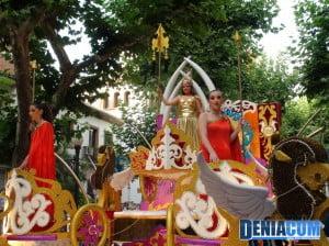 La Fallera Mayor de la Falla Roques en su carroza Cortesía dels Déus