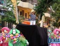 La comparsa Vents de Venecia de Darrere del Castell inunda la calle Marqués de Campo