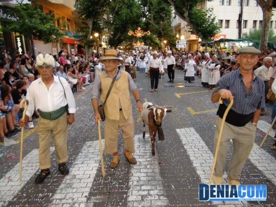 Los miembros masculinos de la Casa de Castilla la Mancha vestidos de pastor para las Carrozas 2012