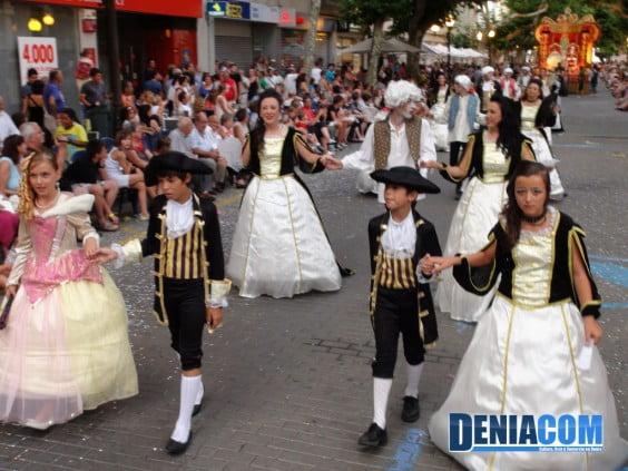Los niños de la Falla Camp Roig completan la comparsa elegancia