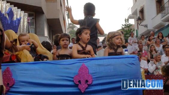 Los niños de la Falla Oeste pasean por la calle Marqués de Campo