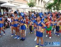 Los niños de la Falla Port Rotes completan la comparsa Pío Pío Port Rotes ve de Río