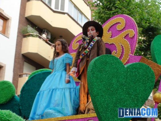 Presidente y Fallera Mayor infantil de Baix la Mar en su carroza Alicia en el País de las Maravillas