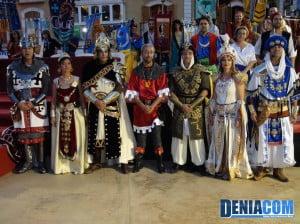 El presidente de la AMMICC junto a los capitanes, abanderadas y embajadores de los Moros y Cristianos 2012