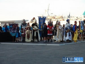 El presidente de la AMMICC junto a los capitanes, abanderadas y embajadores durante el acto del Desembarco de los Moros y Cristianos 2012