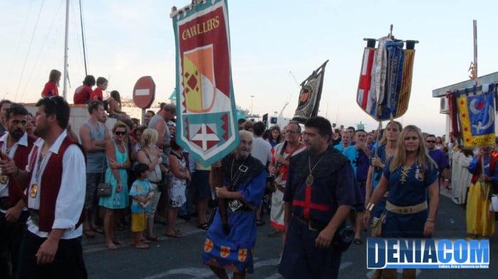 Estandartes cristianos saliendo del Desembarco de los Moros y Cristianos Dénia 2012