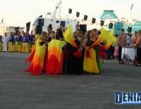 La comparsa de la carroza de la Falla Baix la Mar en el Desembarco de los Moros y Cristianos Dénia 2012