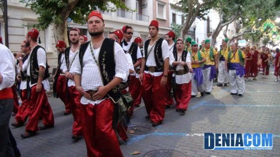 Miembros de la filà Abencerrajes y de la la filà Almoràvides durante el pasacalle posterior al Desembarco de los Moros y Cristianos Dénia 2012
